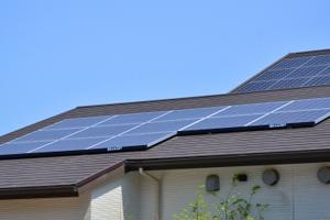 太陽光パネルの屋根の場合には葺き替えよりカバー工法がおすすめ