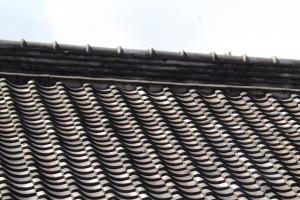 昔ながらの瓦屋根の場合にはカバー工法は不向きです