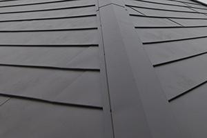 屋根の葺き替えやカバー工法はガルバリウム鋼板などの軽い物を採用しよう