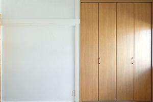 押入れの引違戸を折り戸に取り替える際の価格…10万円前後